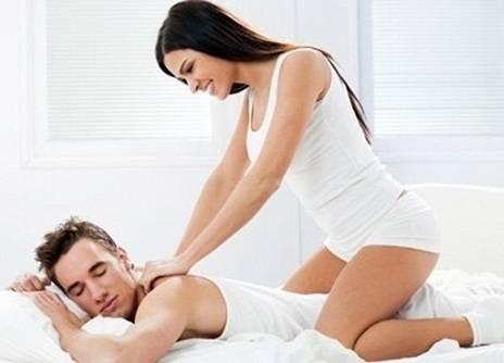 Cách đấm lưng xoa bóp cho chồng/ vợ giảm ê mỏi và đau lưng